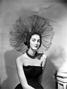 Carmen Dell'Orefice, 1949 Con il cappello Fabulous Peacock © Corbis