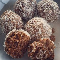 These Coconut Energy Bites are totally vegan, easy to make (no baking), delicious, and packed with the best nutrients to boost your energy and power you through your day. Made with maca powder Healthy Baking, Healthy Treats, Healthy Desserts, Raw Food Recipes, Snack Recipes, Cooking Recipes, Free Recipes, Sin Gluten, Gluten Free