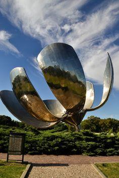 """La """"Floralis Genérica"""", es una enorme escultura de acero inoxidable y aluminio, con forma de flor, que se encuentra emplazada en la Plaza de Las Naciones Unidas, sobre avenida Figueroa Alcorta. Fue obsequiada a la ciudad por su creador, el arquitecto Eduardo Catalano"""