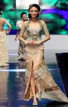 Anne Avantie in Indonesia Fashion Week 2012 Kebaya Lace, Kebaya Dress, Batik Kebaya, Batik Dress, Kimono, Batik Fashion, Ethnic Fashion, Cute Fashion, Indonesia Fashion Week