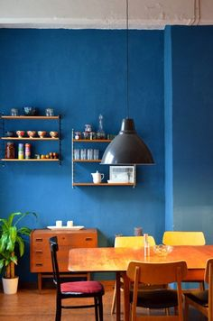 Our fave dining room paint colors. Blue Rooms, Blue Walls, Dark Walls, Renters Solutions, Dining Room Paint Colors, Bedroom Colors, Blue Bedroom, Decoracion Vintage Chic, How To Clean Furniture