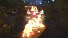Quando scende la sera lungo il torrenteCheonggyecheon http://tuttacronaca.wordpress.com/2013/11/02/entriamo-nel-mondo-della-luce-le-lanterne-illuminano-la-notte-in-sud-corea/