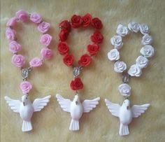 Terço de rosas feito em biscuit. Com pombinha.  Confeccionando na cor desejada    ** O tercinho será enviado em saquinhos de organza como na foto . **