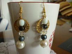 Boucles d'oreilles dorées et perles nacrées, volcanique, verre et rocaille. : Boucles d'oreille par laboiteabijouxnanny