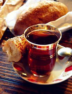 Turkse thee en bagel.