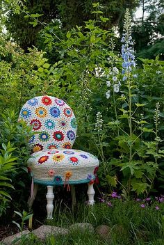 "Crocheted Chair Cover / Megan Jeyifo: ""Have an old chair in need of some extra TLC? Can you crochet? Here is the project for you! Jo of About Mo and Me made this charming chair cover using a pattern from {via ReadyMade} Yarn Bombing, Crochet Home, Love Crochet, Chunky Crochet, Crochet Art, Crochet Flower, Beautiful Crochet, Guerilla Knitting, Point Granny Au Crochet"