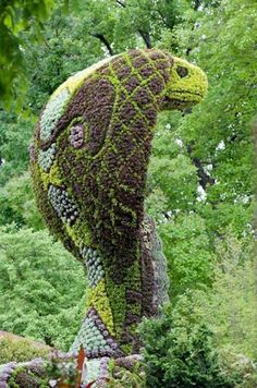 And now back to animals, but of the less cute nature. I mean, unless you love snakes (I do not). This bush sculpture is absolutely stunning, but if it were in my front yard I'd never leave my house.