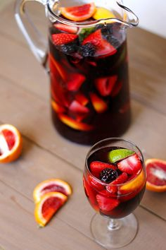 Sounds and looks good. Never had a sangria. But I had Sangria Mountain Dew! Fun Drinks, Yummy Drinks, Alcoholic Drinks, Yummy Food, Beverages, Blackberry Sangria, Strawberry Sangria, Cranberry Juice, Best Sangria Recipe
