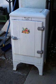 Vintage Fridge, Vintage Refrigerator, Frigidaire Refrigerator, Vintage Kitchen, Vintage Appliances, Home Appliances, Antique Restoration, Vintage Stoves, Kirchen