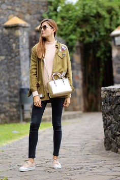 Como combinar unas deportivas rosas. Como combinar una sobrecamas militar. http://marilynsclosetblog.blogspot.com.es/2016/11/looks-deportivos-para-diario.html #marilynscloset #fashionblogger #ootd #outfits #parka #pink Get this look: http://lb.nu/look/8504517 More looks by Marianela Yanes: http://lb.nu/marilynscloset #casual #sporty #street