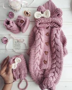 Step by step Guide on how to learn how to make a crochet bodysuit for very sim . Diy Crafts Knitting, Knitting For Kids, Baby Knitting Patterns, Crochet For Kids, Baby Pullover, Baby Cardigan, Baby Coming Home Outfit, Knitted Baby Clothes, Baby Jumpsuit