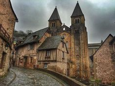 Conques, probablemente el pueblo más bonito de Francia Spain Travel, France Travel, Places To Travel, Places To See, Wonderful Places, Beautiful Places, Medieval Village, Travel Around The World, Around The Worlds