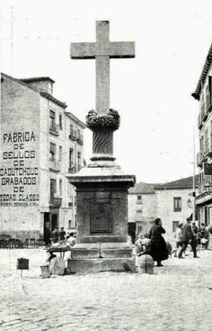 Pasión por Madrid: La cruz de Puerta Cerrada 1928 Old Pictures, Old Photos, Vintage Photos, Foto Madrid, Spain And Portugal, White Photography, Latina, Monochrome, Spanish