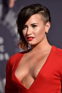 Pin for Later: Every Head-Turning Hollywood Hair and Makeup Look From the MTV VMAs Demi Lovato Demi selected a style for the night that really highlighted her shaved undercut. That fire-engine-red lipstick looked equally fierce. Demi Lovato, Make Up Looks, Mtv, Long Bob Cuts, Red Lipstick Looks, Stacked Haircuts, Line Bob Haircut, Stylish Haircuts, Long Bob Hairstyles