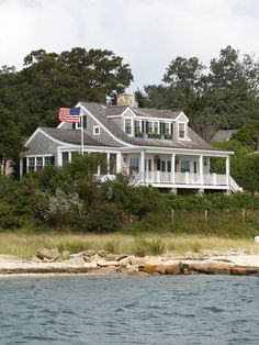 Architect Patrick Ahearn built this house on Marthas Vineyard to look as though it has evolved over time. Beach Cottage Style, Beach House Decor, Maine Cottage, Coastal Cottage, Porches, Villas, Haus Am See, New England Homes, Traditional Exterior