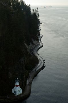 What a great picture of the Stanley Park sea wall. Stop in at the British Columbia visitors centre at Peace Arch to get directions #vancouver