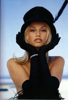 Strike a pose! Heidi Klum, Beauté Blonde, Blonde Beauty, Estelle Lefébure, Beautiful People, Beautiful Women, Mode Glamour, Natalia Vodianova, Wearing A Hat