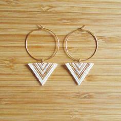 Boucles creoles plaqué or et triangles en perles miyuki blanc et doré tissées main
