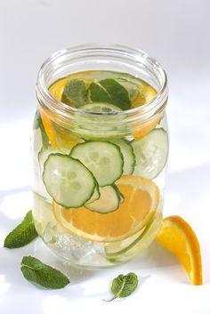 Aguas saborizadas naturalmente para combatir la sed. Lee más en La Bioguía.
