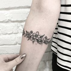 for women 56 Arm Tattoo for women Ideas that Are Simple Yet Have Meaning Mini Tattoos, Body Art Tattoos, Small Tattoos, Sleeve Tattoos, Tatoos, Simple Arm Tattoos, Wrap Around Tattoo, Arm Wrap Tattoo, Armband Tattoo