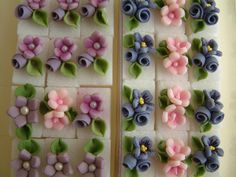 sugar cubes with flowers Frosting Flowers, Royal Icing Flowers, Sugar Flowers, Royal Icing Templates, Royal Icing Transfers, Cake Decorating Tutorials, Cookie Decorating, Fondant Cake Designs, Party Food Buffet