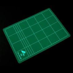 Plancha de corte para cortar con cúter y proteger la superficie en la que estemos trabajando. #MWMaterialsWorld #fofuchas #manualidades Card Holder, Cards, I Will Protect You, Planks, Diy, Accessories, Rolodex, Playing Cards, Maps