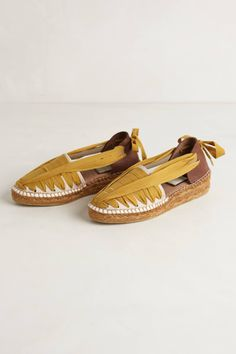 These espadrilles are gorgeous! I love the design and the color! I really want shoes like these for summer! Gold High Heel Sandals, Shoes Sandals, High Heels, Flats, Look Fashion, Fashion Shoes, Winter Fashion, Bohemian Sandals, Chelsea Ankle Boots