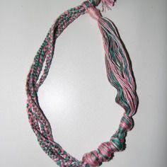 Joli collier en fils de coton tons rose et vert
