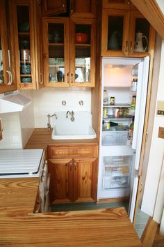 What a darling tiny kitchen! - This 40 square foot kitchen includes storage, prep space, cooking space and a washer-dryer! D House, Tiny House Living, Living Room, Simple Kitchen Design, Kitchen Designs, Kitchen Ideas, Cocina Shabby Chic, Tiny Spaces, Tiny House Plans
