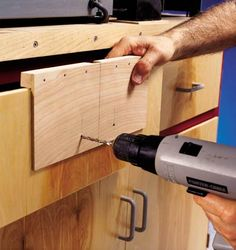 Great idea for drilling holes when installing drawer pulls. Great idea for drilling holes when installing drawer pulls. Woodworking Bench, Woodworking Shop, Woodworking Projects, Woodworking Videos, Diy Drawers, Wood Drawers, Wood Jig, Cabinet Door Hardware, Cabinet Doors