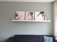 #Flexa Early Dew op de muur. #prints@silvia Veldkamp Kussentje van de #kwantum exact de zelfde kleur als de muur.