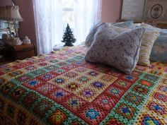 VINTAGE-HANDMADE-HAND-CROCHET-GRANNY-SQUARE-AFGHAN-BLANKET-Love-the-colors