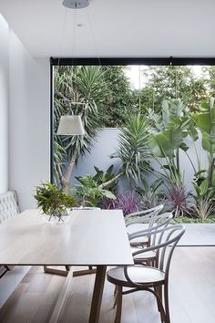 """e Est Living""""alt=""""House of the We""""/></br></br>Behind an unassuming façade, Robson Rak's Courtyard House reveals a pared-back modern design mixed with luxurious materials and practical detailing."""