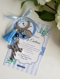 Souvenirs para Bautismo y Primera Comunión - Tarjeta estampita con llavero - Souvenirs - Souvenirs First Communion Favors, First Holy Communion, Baptismal Giveaways, Baptism Cards, Baptism Centerpieces, Christening Party, Religious Images, Gifts For Boys, Card Sizes