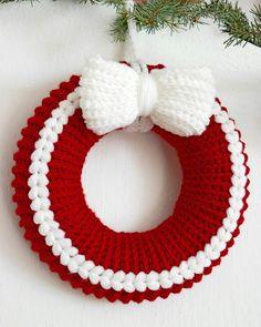 Jetzt einen Türkranz // Dekokranz in weihnachtlichen Farben häkeln und sich daran freuen. Probiers gleich aus mit Deiner Lieblingswolle. Viel Spaß dabei.