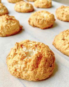 Gezonde kokosmakronen koolhydraatarm - Healthy by Elisa Healthy Bars, Healthy Baking, Healthy Treats, Happy Healthy, Delicious Desserts, Dessert Recipes, Yummy Food, Cheesecake, Vegan Snacks