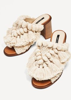Zara White Moroccan Heel with Pom Pom Mules/Slides Size US Regular (M, B) off retail Zara Sandals, Couture Accessories, Zara Bags, Shoes 2017, Zara Fashion, Spring Shoes, Sock Shoes, Women's Shoes, Espadrilles