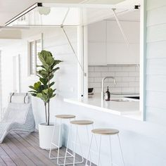 Easy access outdoor home bar Design your kitchen window where it opens up to an outdoor bar, a great DIY idea for your home Home Interior, Kitchen Interior, Kitchen Window Bar, Window Bars, Casas Containers, Design Your Kitchen, Küchen Design, Home Renovation, Home Kitchens