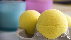 """Les boules effervescentes, aussi appelées """"bombes de bain"""", sont des produits incontournables de mon magasin chouchou : Lush. Grosso modo, ce sont des boules qui s'utilisent comme """"bain moussant"""" q..."""
