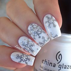 Absolutly adore these snowflake nails. (@lauramerino12)