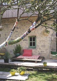 Terrasse bohème-chic sous les arbres. Plus de photos sur Côté Maison. http://petitlien.fr/7fck