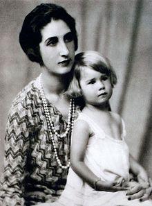 Cayetana de Alba  con su madre, Maria del Rosario de Silva, marquesa de San Vicente del Barco