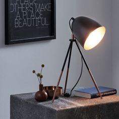 Lámpara de sobremesa de aires vintage, fabricada en acero lacado en color negro con detalles en color cobre.