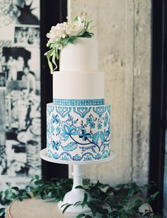 Delft pottery inspired wedding cake