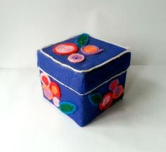 Darling DIY Jewelry Box: Get organized with this adorable DIY jewelry box!