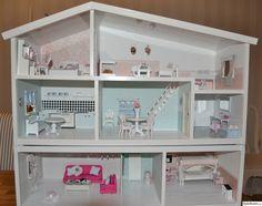 Har renoverat mitt gamla dockskåp från 80-talet som jag har tänkt att ge till min dotter. Många möbler är från när jag eller när min mamma var liten men som har fått en ansiktslyftning med ny färg och nya textilier.