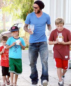 .…ma il super papà del calcio è certamente David Beckham, che quest'anno non festeggerà solamente con Brooklyn, Romeo e Cruz…