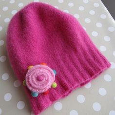 Make felt flowers (tutorial in Norwegian, but looks easy and with good ideas) Felt Hat, Wool Felt, Felt Flower Tutorial, Knitting For Kids, Wet Felting, Felt Flowers, Wool Sweaters, Cushion Covers, Upcycle