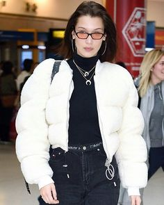 "88 curtidas, 4 comentários - BELLA HADID UPDATE. (@bhadidupdate) no Instagram: ""January 25: More pictures of Bella Hadid at JFK airport in New York City. (LINK IN BIO FOR MORE…"""