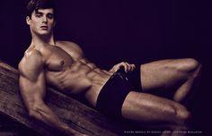 Pietro Boselli posa para a revista Atitude sob as lentes do fotógrafo Daniel Jaems | Universo MEN